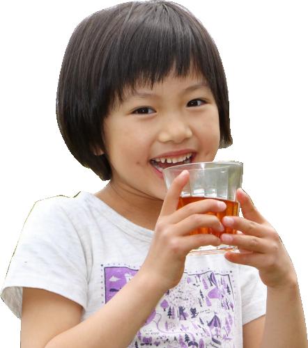 びわ茶を飲む子供